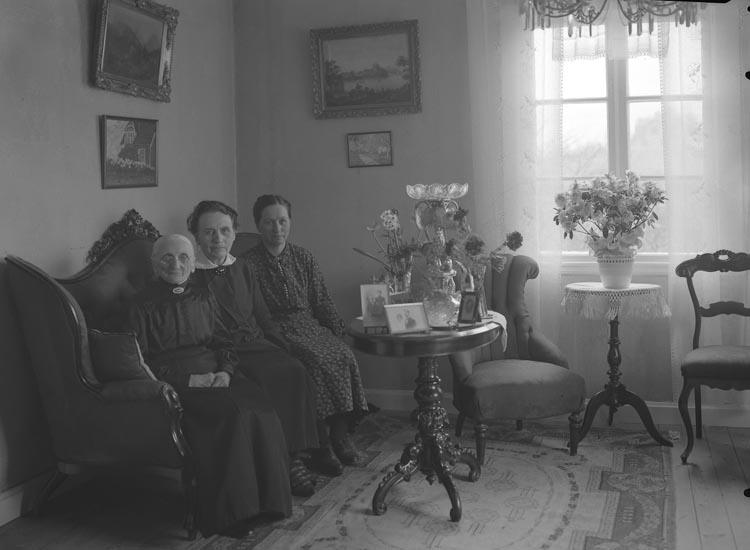 """Text som medföljde bilden: """"1934. 3. Fröken Almberg Munkedal. Fröken Elin Sörqvist."""""""