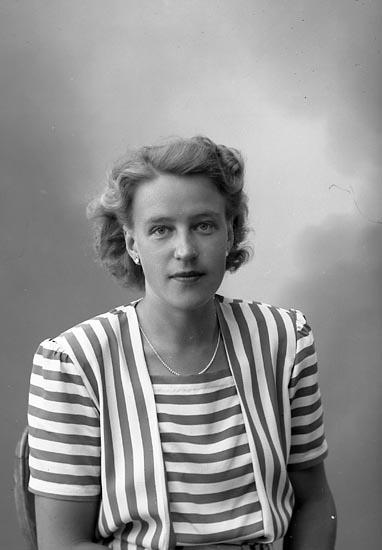 "Enligt fotografens journal nr 7 1944-1950: ""Thelander, Fru Ulla Stenungsund""."