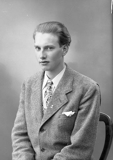 """Enligt fotografens journal nr 7 1944-1950: """"Reinholdsson, Herr Egon Havsviken 3 Här""""."""
