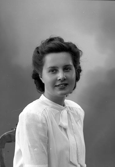 "Enligt fotografens journal nr 7 1944-1950: ""Löfberg, Fr. Inga Stenungsund""."