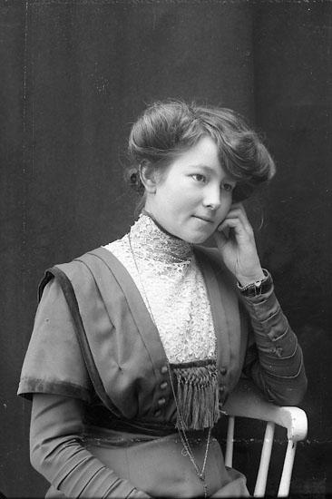 "Enligt fotografens journal nr 2 1909-1915: ""Kellberg, Jessie Stenung Här""."