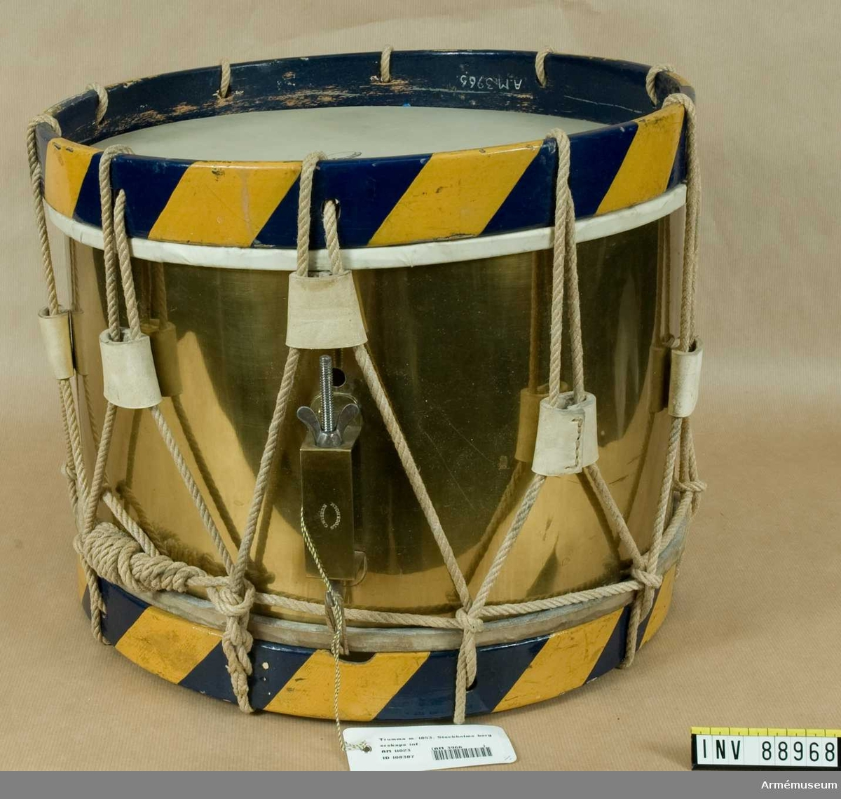 Grupp B III. År 1897 kompletterades trumman och förseddes med ett par trumstockar enligt skrivelse från K.A.A.D. 18970412.