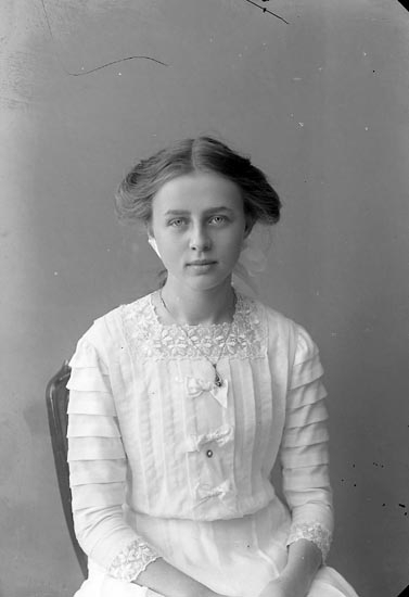 """Enligt fotografens notering: """"Astrid Carlsson, Ranehög Jörlanda""""."""