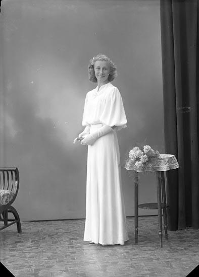 """Enligt fotografens journal nr 6 1930-1943: """"Olsson, Greta S. Vägen Stenungsund""""."""