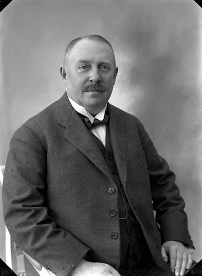 """Enligt fotografens journal nr 4 1918-1922: """"Zetterlöf, Häradskrifvare P. Stockholm""""."""
