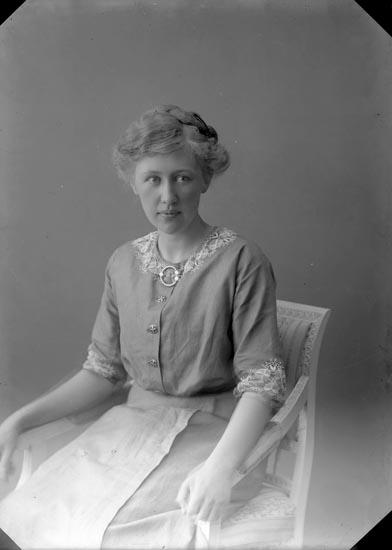 """Enligt fotografens journal nr 2 1909-1915: """"Amundsson, Fr. Märta Jordhammar""""."""