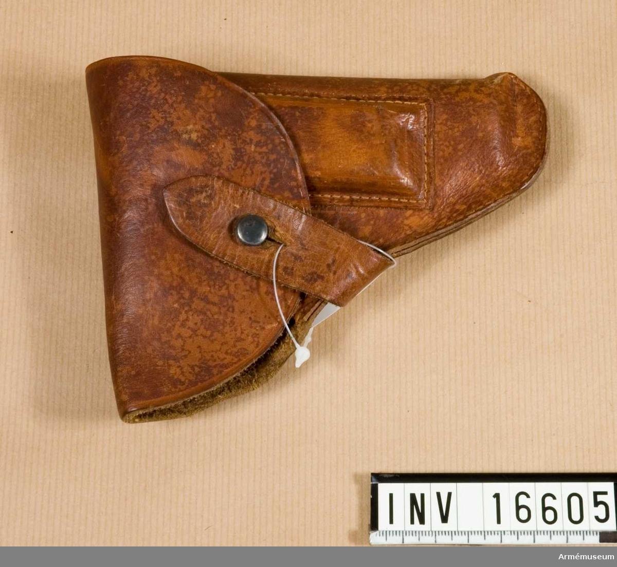 """Revolverfodral, Belgien. Av läder. Märkt """"281 F 375 DNU ..."""". Med 1 magasin.   Samhörande nr är 16604-5, pistol, fodral."""