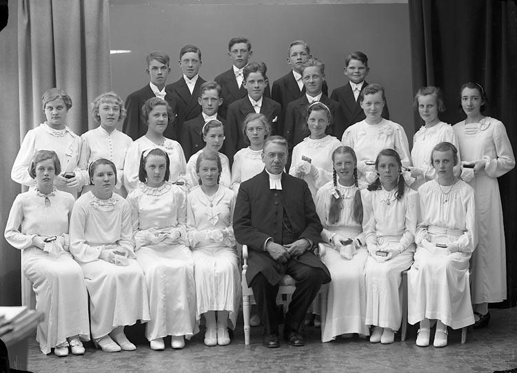 """Enligt fotografens journal nr 5 1930-1943: """"Ödsmåls Konfirmander Prosten Franck""""."""