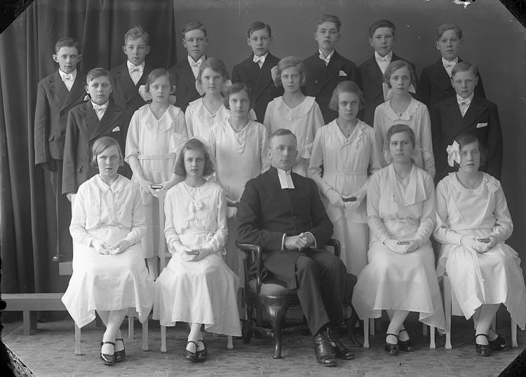 """Enligt fotografens journal nr 6 1930-1943: """"Läsbarnen, Pastor Gellerstam, Norum""""."""