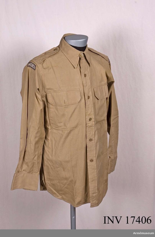 """Grupp C I.Skjorta.För chefen för Neutrala övervakningskommissionen i Korea 1953-54. Amerikansk """"Army officers uniform"""" med svenska grad- och truppslagsbeteckningar.Buren av generalmajor Paul Mohn (legationsråd).INV 1971.UTST 1964."""