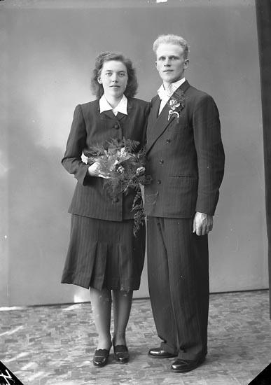 """Enligt fotografens journal nr 7 1944-1950: """"Olofsson, Herr Alvar Rödmyren, Svenshögen""""."""