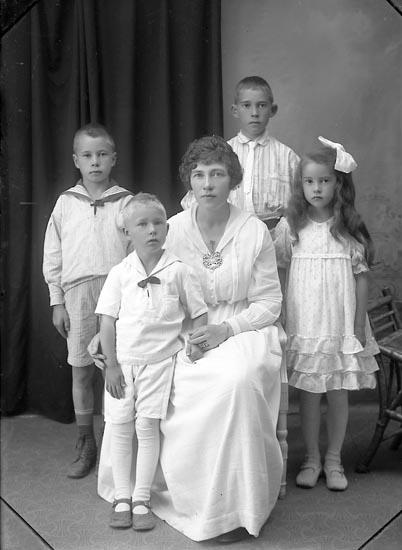 """Enligt fotografens journal Lyckorna 1909-1918: """"Fru Erasmie, Trollhättan""""."""