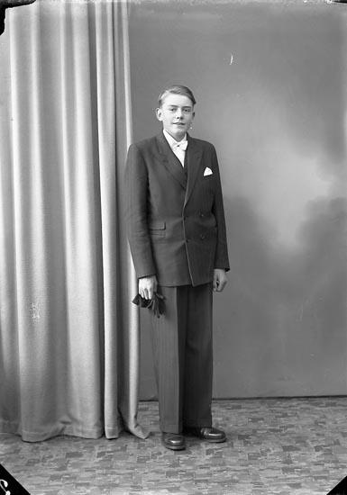 """Enligt fotografens journal nr 7 1944-1950: """"Johansson, Åke Box 88, St. Höga""""."""