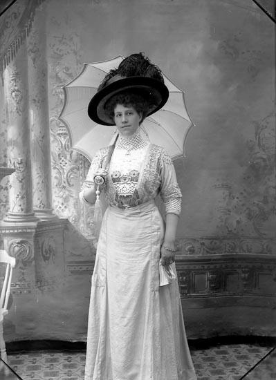 """Enligt fotografens notering: """"Fru Lundström Lyckorna 1910""""."""