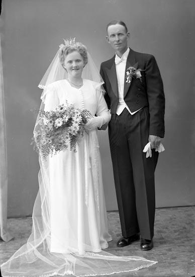 """Enligt fotografens journal nr 7 1944-1950: """"Klasson, Herr Gustaf, Nyarp, Grönahög""""."""
