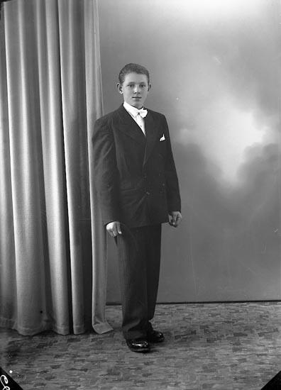 "Enligt fotografens journal nr 7 1944-1950: ""Olsson, Sven Erik Reorseröd, Svanesund""."
