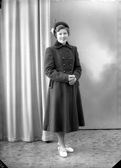 "Enligt fotografens journal nr 8 1951-1957: ""Berntsson, Fr. Miriam, Burås, Svanesund""."