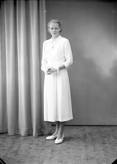 """Enligt fotografens journal nr 8 1951-1957: """"Hermansson, Fr. Angela, Berg, Ödsmål""""."""