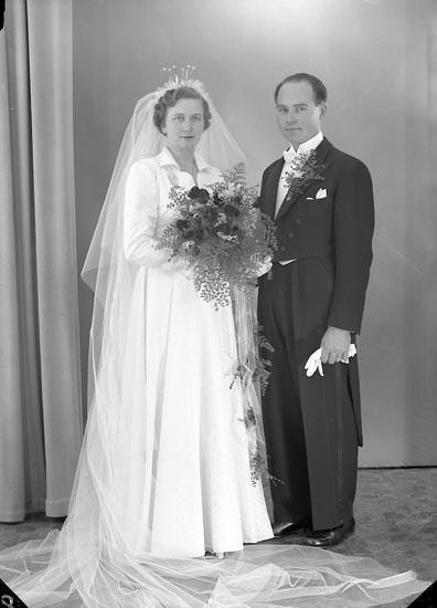 """Enligt fotografens journal nr 8 1951-1957: """"Karlsson, Herr Karl-Erik, Sköldunga, Ucklum""""."""