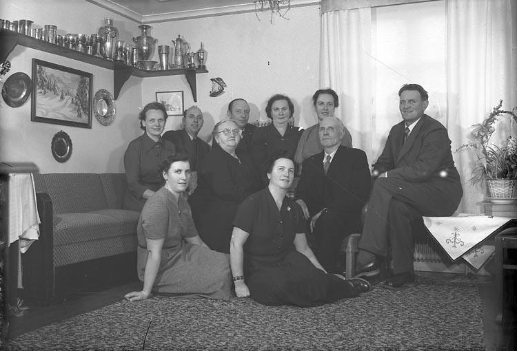 """Enligt fotografens journal nr 8 1951-1957: """"Olsson, Herr o Fru med mågar o sonhustrur"""". Enligt fotografens notering: """"Herr Ernst Olsson med fam. Höviksnäs""""."""