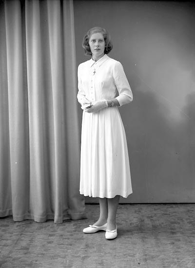"Enligt fotografens journal nr 8 1951-1957: ""Svensson, Fr. Ingegerd, Gröteröd Stenungsund""."