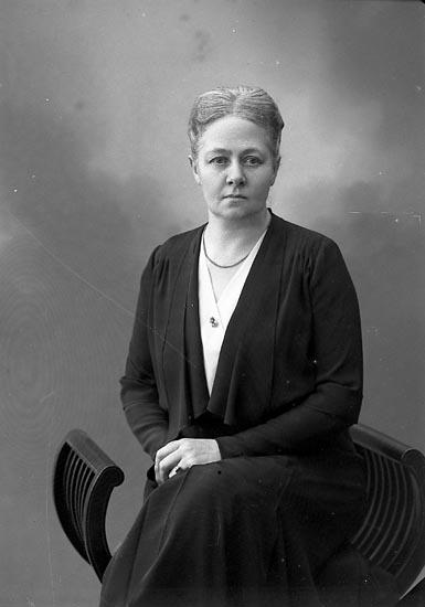 """Enligt fotografens journal nr 6 1930-1943: """"Enander, Elin Stenungsund""""."""