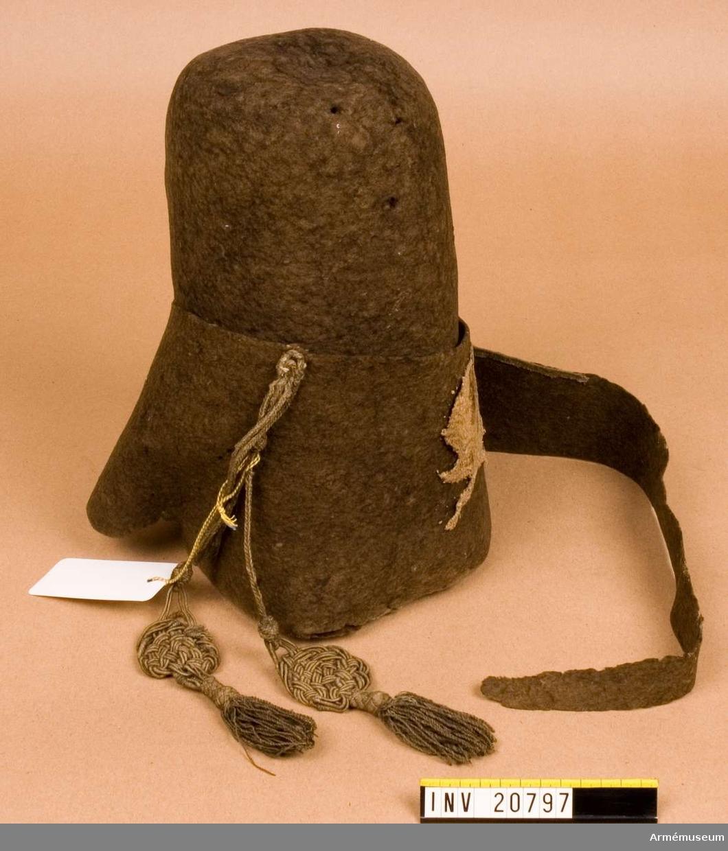 Grupp C I. Kapten F A Spaks katalog 1888: Mössa av svart filt med dödskalle och två korslagda benknotor. De s.k. Dödskalle husarernas emblem. Från 7-åriga kriget.