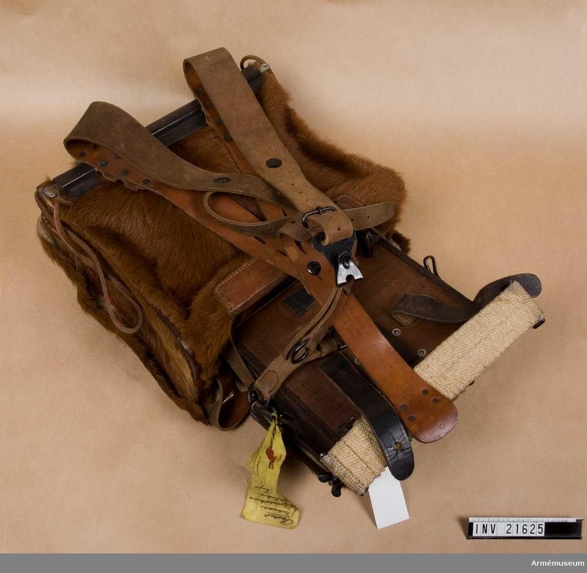 Grupp C I.  Ur uniform för alpjägare m/1868-1908, Tyrolskt kejsarjägar- regemente i Österrike.  Består av mössa, vapenrock, byxor, skor, ränsel, livrem med väskor. Kalv