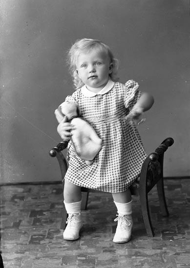 """Enligt fotografens journal nr 6 1930-1943: """"Olsson, Ingrid Jordhammar, Ödsmål""""."""