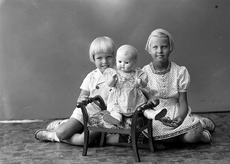 "Enligt fotografens journal nr 6 1930-1943: ""Strandberg, Fru Stenungsund""."