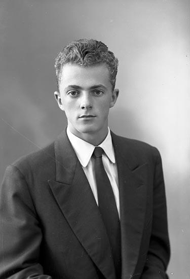 """Enligt fotografens journal nr 8 1951-1957: """"Andersson, Herr Roger, Stenungsund""""."""