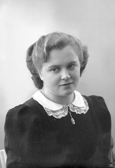 """Enligt fotografens journal nr 6 1930-1943: """"Alexandersson, Gurli Stenungsund""""."""