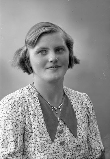 """Enligt fotografens journal nr 6 1930-1943: """"Johansson, Hanna Fr. Röd Skåpesund""""."""