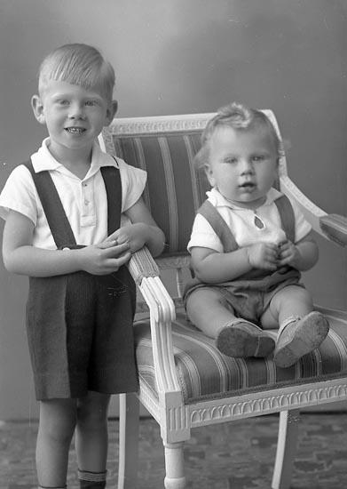 """Enligt fotografens journal nr 6 1930-1943: """"Andersson, Göte o Jan Olof Stenungsund""""."""