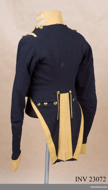 Grupp C I. Ur uniform, livplagg m/1833, för manskap vid Svea livgarde 1833-45. Består av frack, epåletter, långbyxor, tschakå, plym, damasker, skor, halsduk, gehäng, handrem, patronkök, bandolär. Modellexemplar med revär enligt K. brev 9/3 1833.