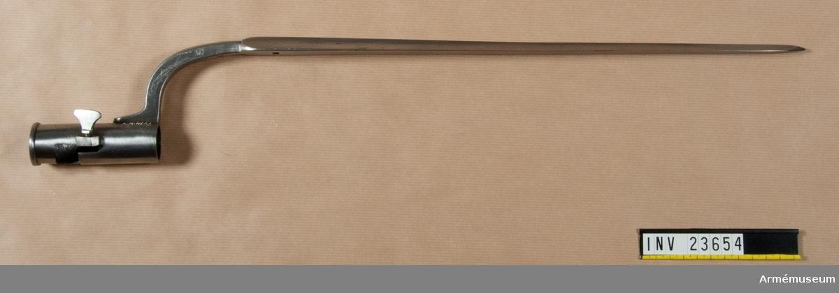 Grupp E II b.  Samhörande nr är 23653-5, gevär, bajonett, krats.