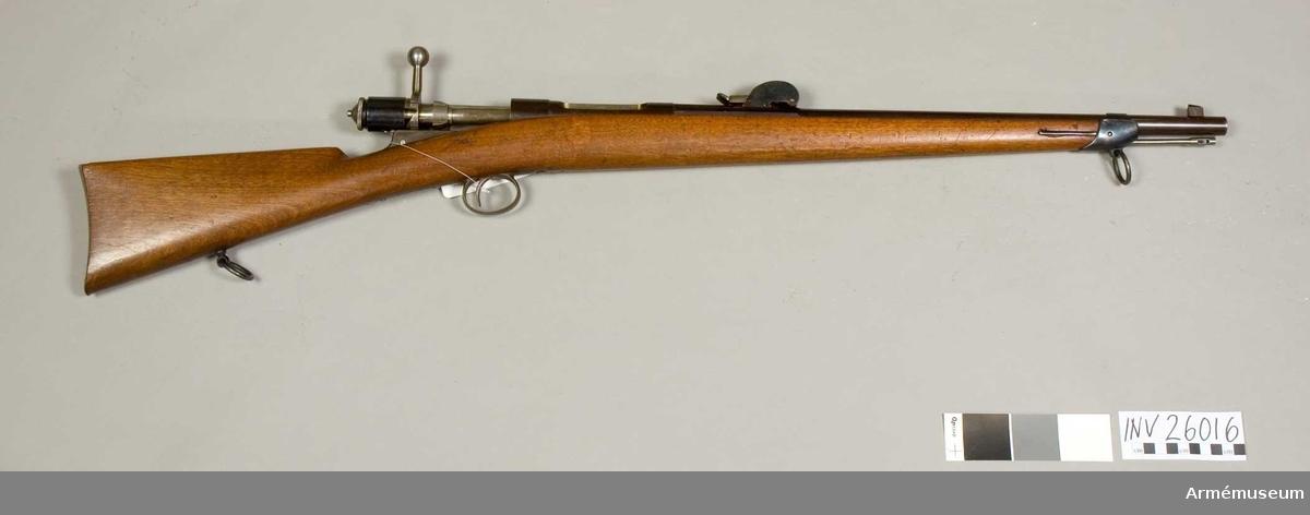 """Grupp E II F.  Karbin av gevär, Rubins konstruktion. På parpaus övre stidar står """"S'. F. G. Neuhausen""""."""