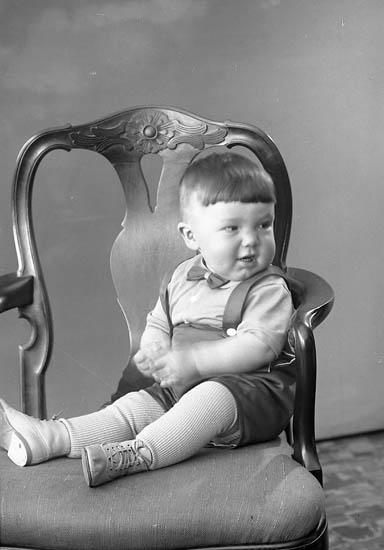 """Enligt fotografens journal nr 7 1944-1950: """"Ingemarsson, Fru Hammar Här""""."""