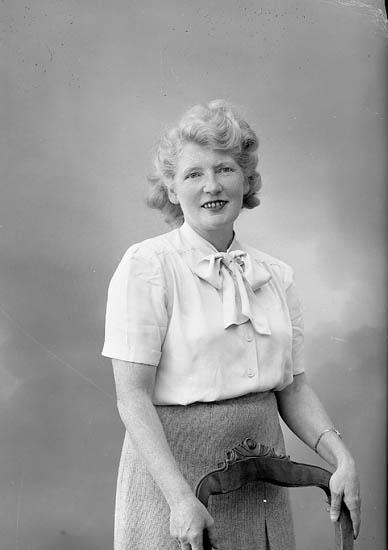 """Enligt fotografens journal nr 7 1944-1950: """"Karlsson, Fru Ossian Varvet Här""""."""