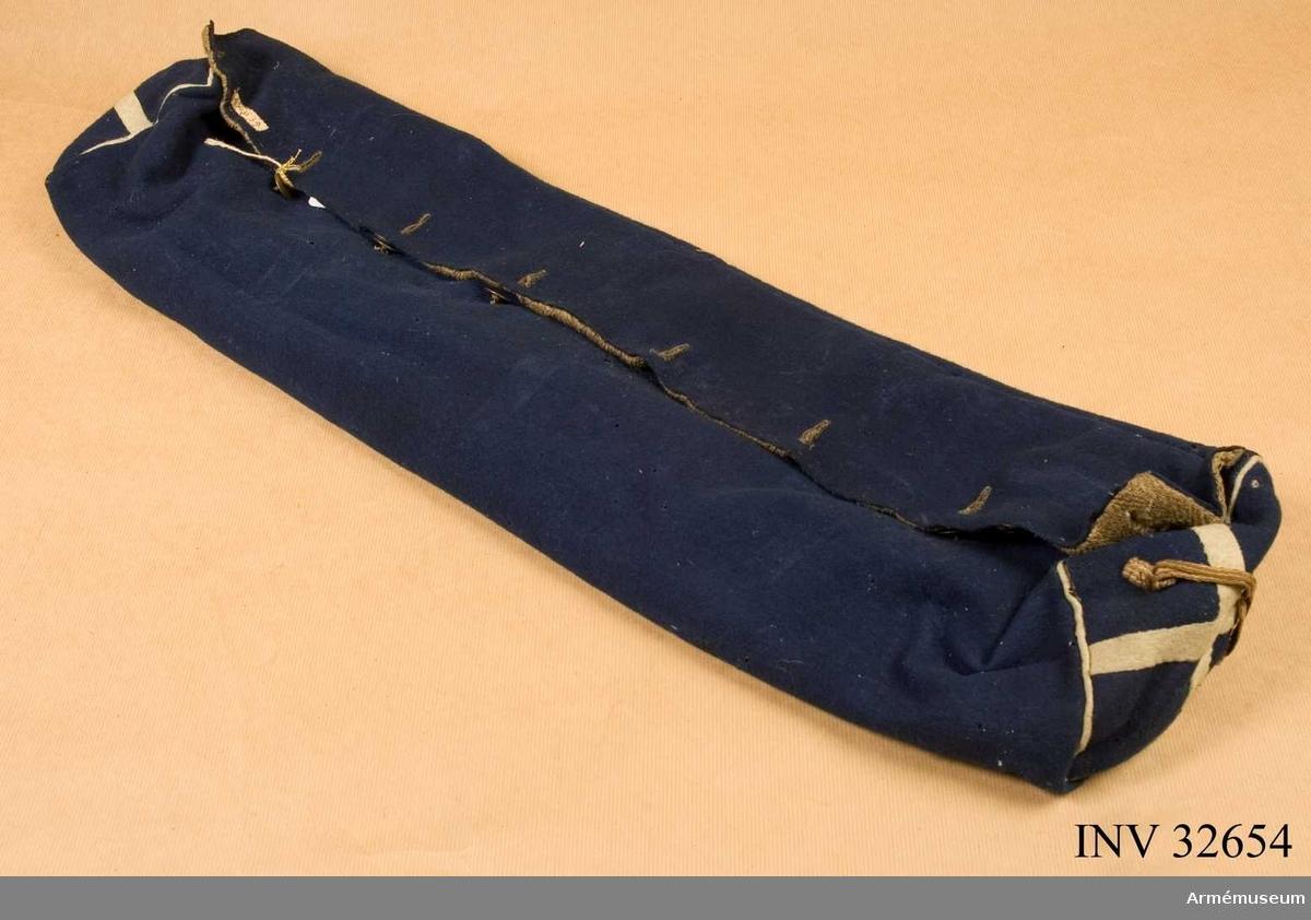 Säcken är gjord av blått kommisskläde. Fickan knäppes med 8 st knappar (återstår endast 5 st). Ficköppningen snöres med läderrem genom 7 stycken snörhål, sick-sack placerade. Foder av linne i grov kypert. Gavlarna försedda med vita kors och vit passepoil.