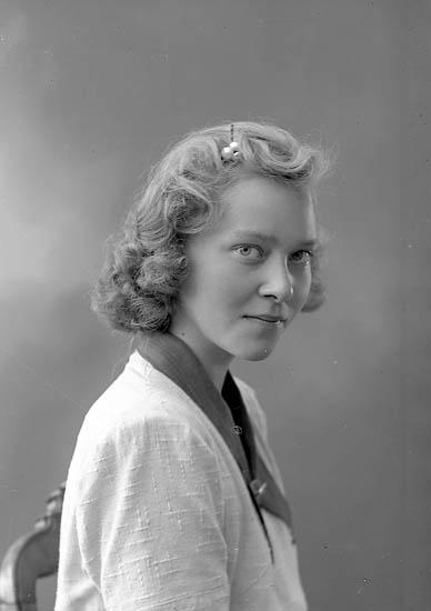 """Enligt fotografens journal nr 6 1930-1943: """"Röing, Fr. Ylva Skaldevägen 81 Nockeby""""."""