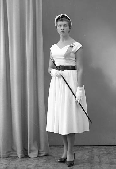 """Enligt fotografens journal nr 8 1951-1957: """"Andersson, Fr. Inga-Lill, Box 126 Stora Höga""""."""