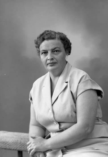 """Enligt fotografens journal nr 8 1951-1957: """"Gjöthlén, Fru Ingrid""""."""