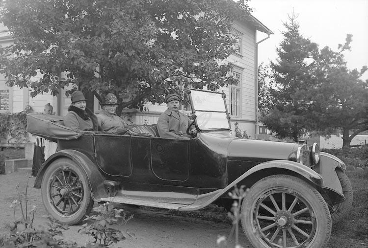 """Enligt fotografens journal nr 5 1923-1929: """"Wijkmark, Doktorinnan, Trollhättan"""". Enligt fotografens notering: """"Doktorinnan Wijkmark Trollhättan, i bil utanför Enanders fotoateljé""""."""