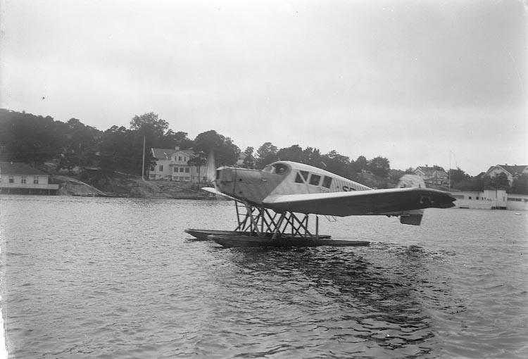 """Enligt fotografens journal nr 6 1930-1943: """"Flygningen vid Stenungsund"""". Enligt fotografens notering: """"Flygplan (Ahrenbergs?) flygning vid Stenungsund""""."""