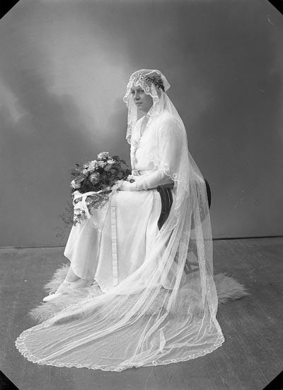 """Enligt fotografens journal nr 6 1930-1943: """"Berntsson, Fru Annie Lugnet, Ödsmål""""."""