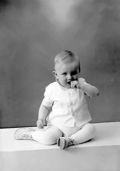 """Enligt fotografens journal nr 9 1958-: """"Olsson, Sonny adr. Fru Vera O. Svanesund""""."""