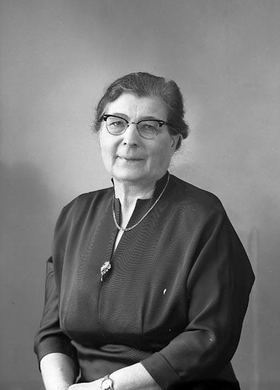 """Enligt fotografens journal nr 9 1958- : """"Pettersson, Fr. Asta Stenungsund""""."""
