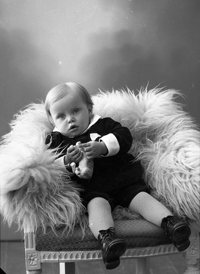"Enligt fotografens journal nr 5 1923-1929: ""Olsson, Folke N. Anrås Jörlanda""."