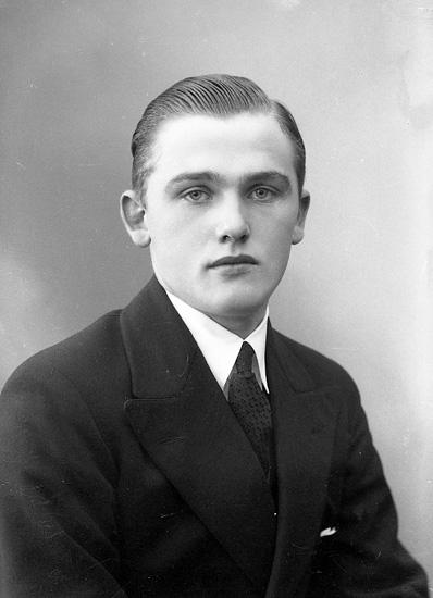 """Enligt fotografens journal nr 6 1930-1943: """"Högström, Allan Ödsmål""""."""